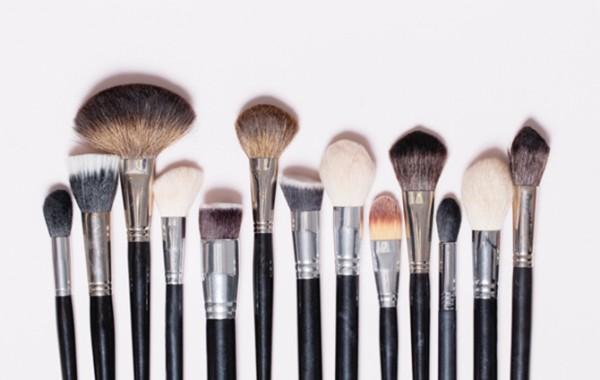 como limpiar los pinceles y brochas de maquillaje des